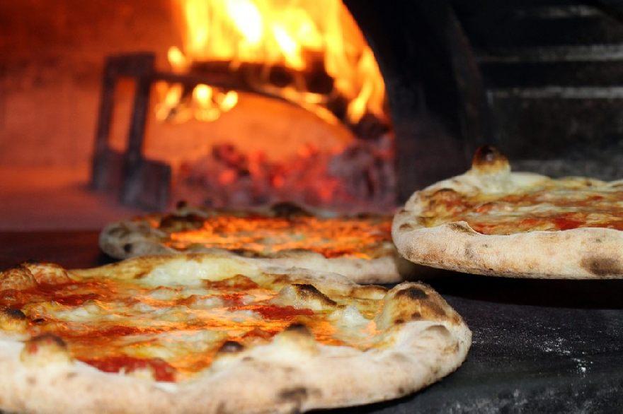 Pizzeria Pizza 5 in Dresden mit einer echte italienische Pizza sehr knusprig.